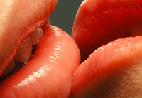 7 Tanda Dia Ingin Mencium Anda