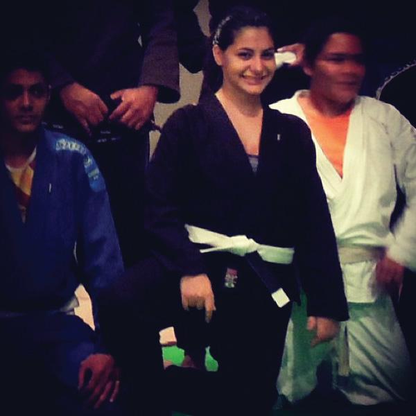 Treino jiu jitsu mulher kimono