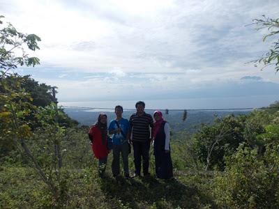 Berfoto bersama Om Deus dan pihak Bank Mandiri di Puncak Mundi, Nusa Penida, Bali