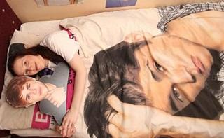 Terobsesi, Gadis Ini Tidur dan Nikahi Patung Justin Bieber