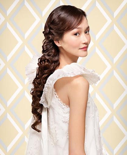 прическа за булки с дълга къдрава коса