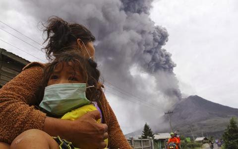 Gunung Sinabung Erupsi Hingga 8000 Meter