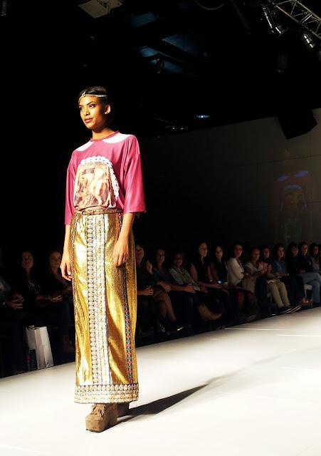 caro-criado-desfile-catwalk-show-golden-skirt
