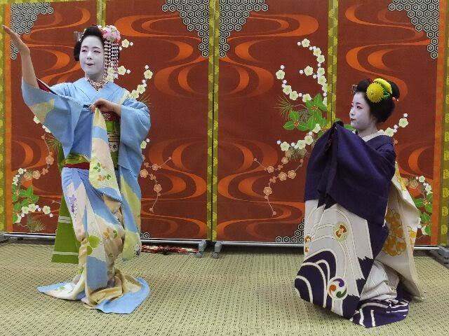 郵便局の特設会場で祇園小唄と二曲舞った。