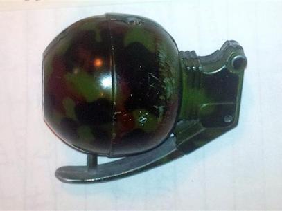 GAMBAR menunjukkan pemetik api yang kelihatan seperti bom tangan.