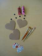 Para este taller necesitarás: Cartón de una caja cortado en forma de corazón materiales de los imanes