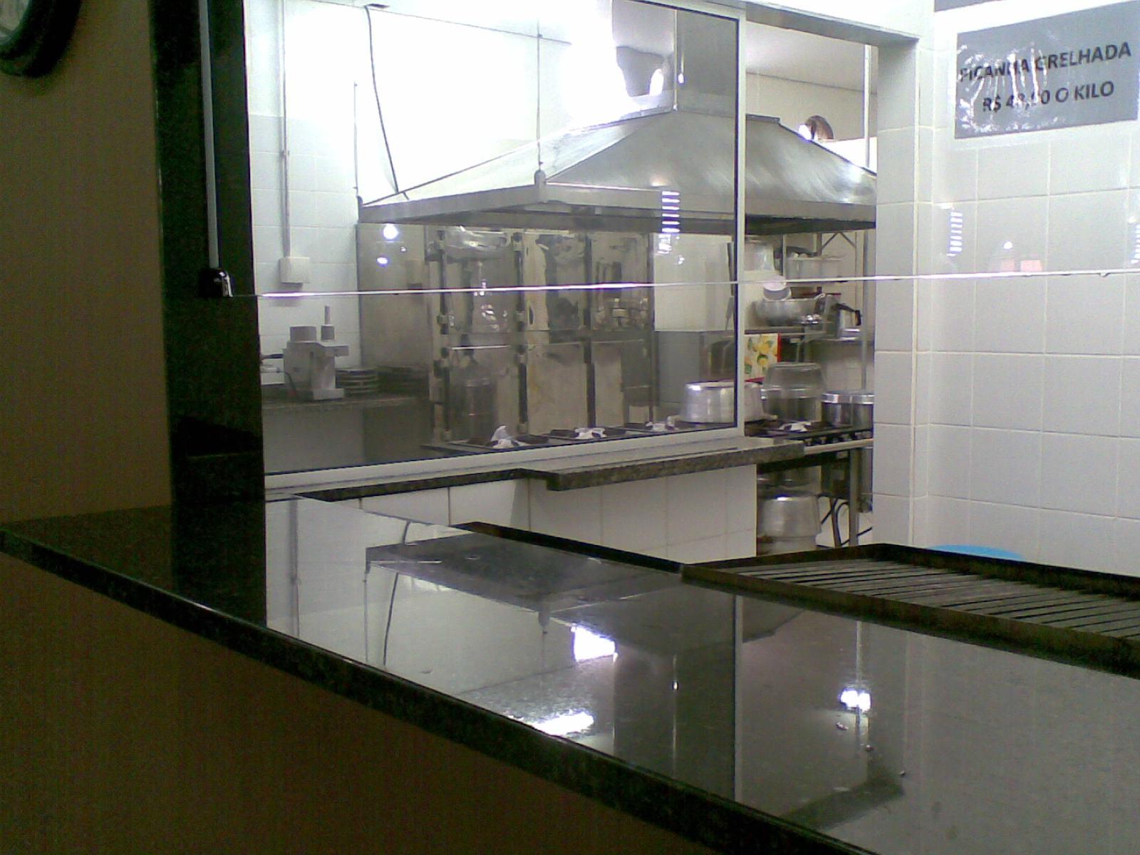 Uma cozinha industrial com grandes vãos em vidro possibilitam que o  #2C2B18 1600 1200