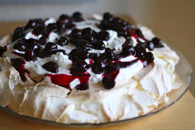 pavlova, selleberg, kirsebærsauce, yoghurt-flødecreme