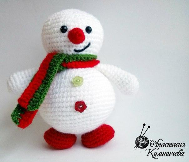Вязаные игрушки крючком снеговики