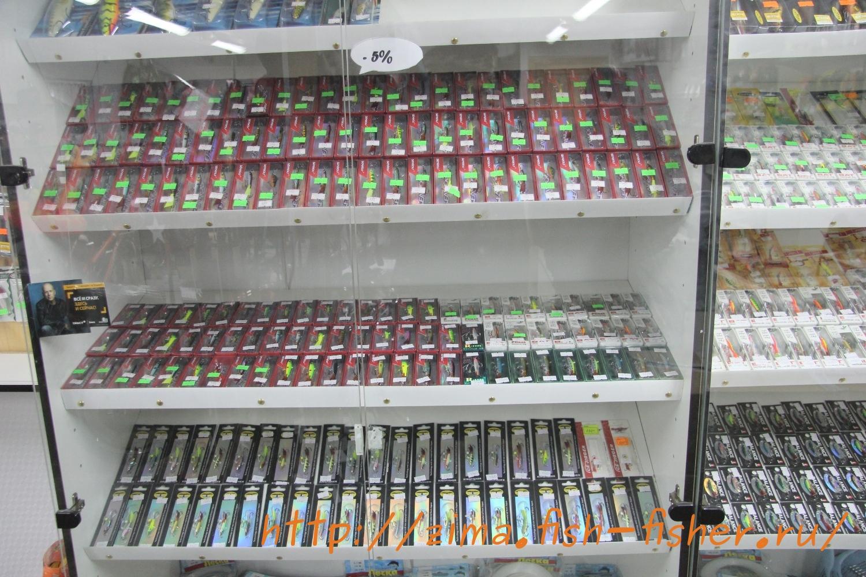 Товары для зимней рыбалки в магазине. Балансиры