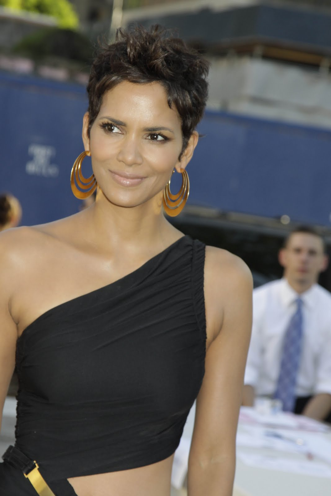Halle Berry Reveal Pantyless Upskirt At Fifi Awards In Nyc