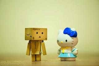 Gambar Hello Kitty Menangis Sedih Bersama Danbo Galau Sad