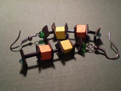 színes fülbevaló bicikli gumibelsőből fa gyöngyökkel