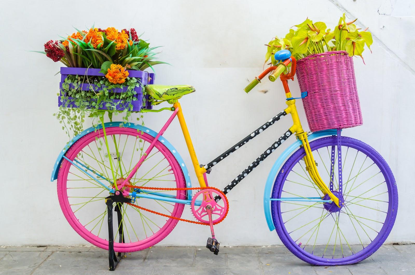 Bicicleta de colores con canastas de flores , Ideas para jardines y casas , Decoración exterior