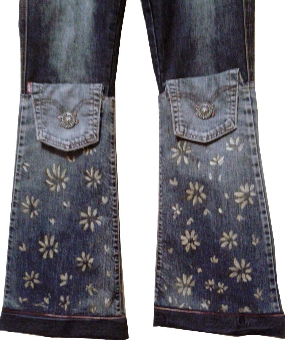 Pantalones vaqueros transformados artesanalmente por pintora Rudi, detalle flores amarillas