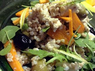 insalata di grano, feta greca e pollo