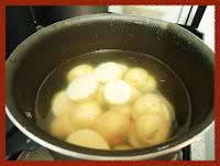 Cozinhando as batatinhas com um pouco de sal