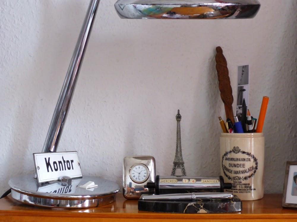 Lampe, Uhr, Stiftköcher, Kalender, Brieföffner
