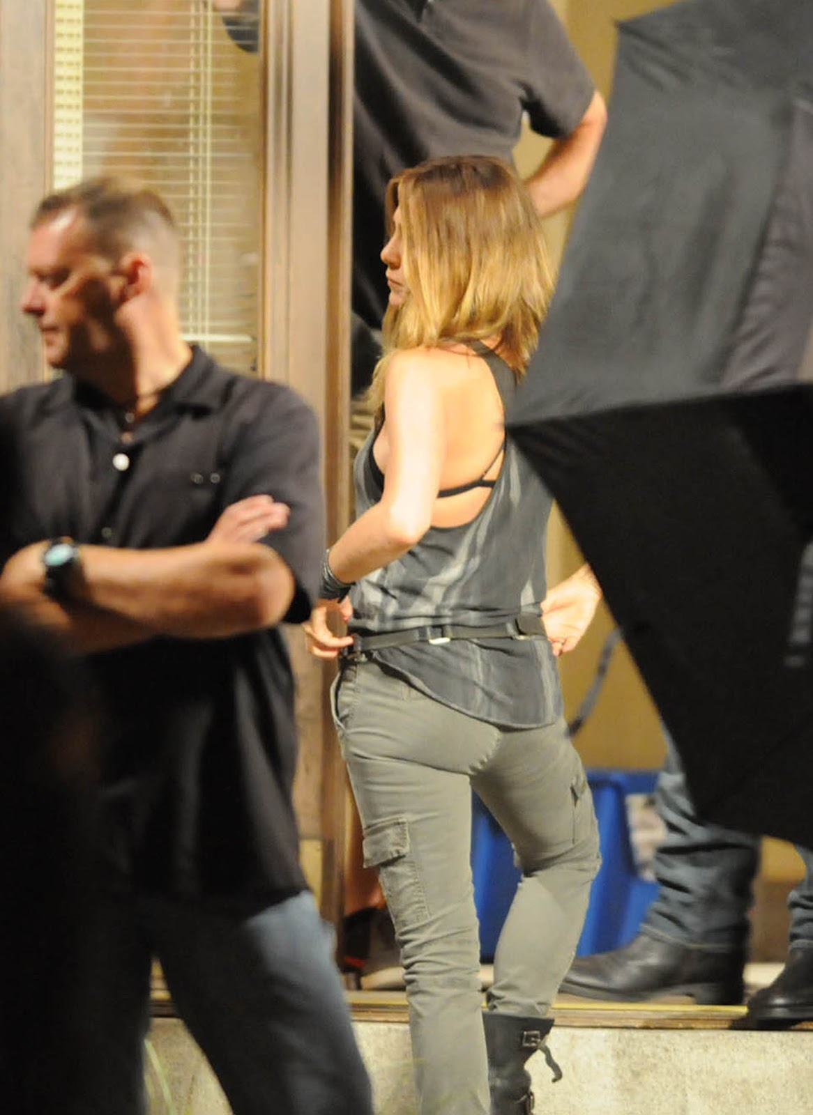 http://1.bp.blogspot.com/-mc52tfvEmyo/UCgJM2GyXQI/AAAAAAAAXX4/4WIhbywf3lo/s1600/Jennifer+Aniston+in+Tight+Jeans+-+On+the+set+of+We\'re+the+Millers+in+Wilmington+August+7,++2012+01.jpg