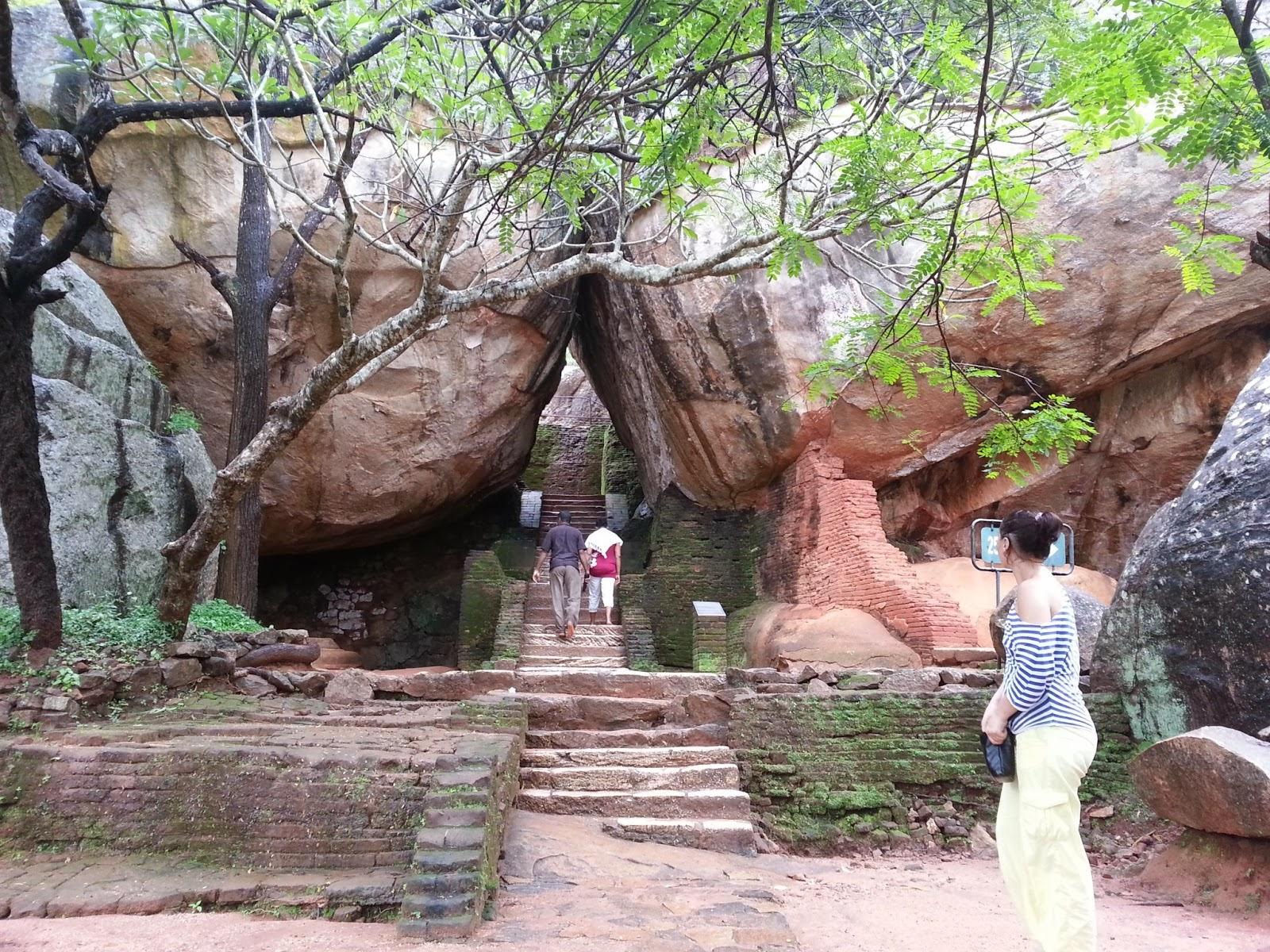 Сигирия Каменные Сады, Шри-Ланка, вход Каменные Сады, террасы, узкая арка-проход между камнями