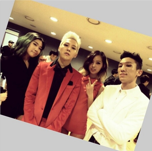 G-Dragon on Inkigayo with backup dancers 130915