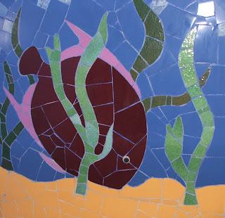 fresque murale marine sur commande Poisson réalisé en tesselles de mosaïque artisanal et faïence dans une  salle de bains par mosaîste professionnelle severine peugniez