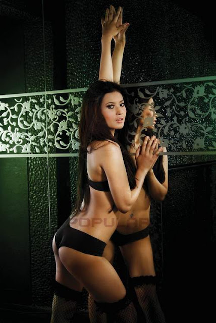 Foto Model Sexy Majalah Popular, Novie Amelia - Ada Yang Asik