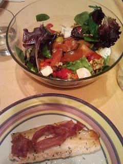 cena trucha con jamón y ensalada