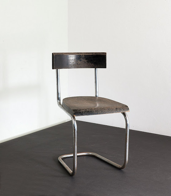 Mart Stam. 'B 263 Var.' cantilever chair, 1927. H. 79.4 x 42.8 x 47.5 cm. Made by Thonet, Frankenberg. Chrome-plated tubular steel, plugged-in, oakwood.