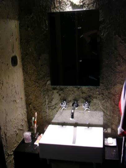 Баня с вградени смесители, които минават през декорацията и стъклото 1