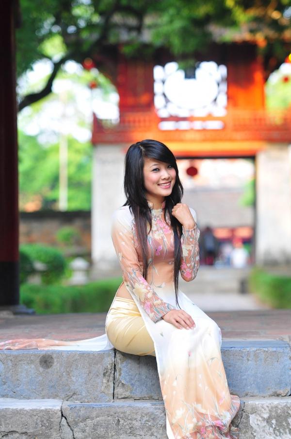 Tao Phùng hội quán: Thiếu nữ sexy trong tà áo dài