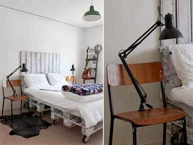 Łóżko z palet, zagłówek z palet, łóżko z recyklingu, metalowe, czarne lampy na krzesłach