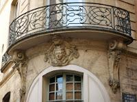 Balcon sur angle du 52 rue Saint-André-des-Arts à Paris