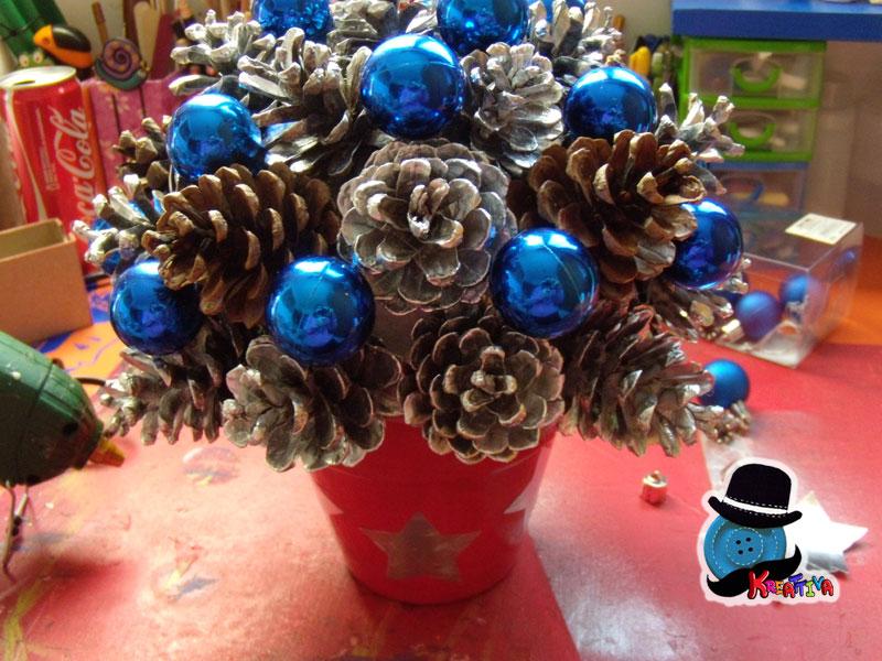 Centro tavola natalizio con pigne e palline kreattivablog - Centro tavola di natale ...