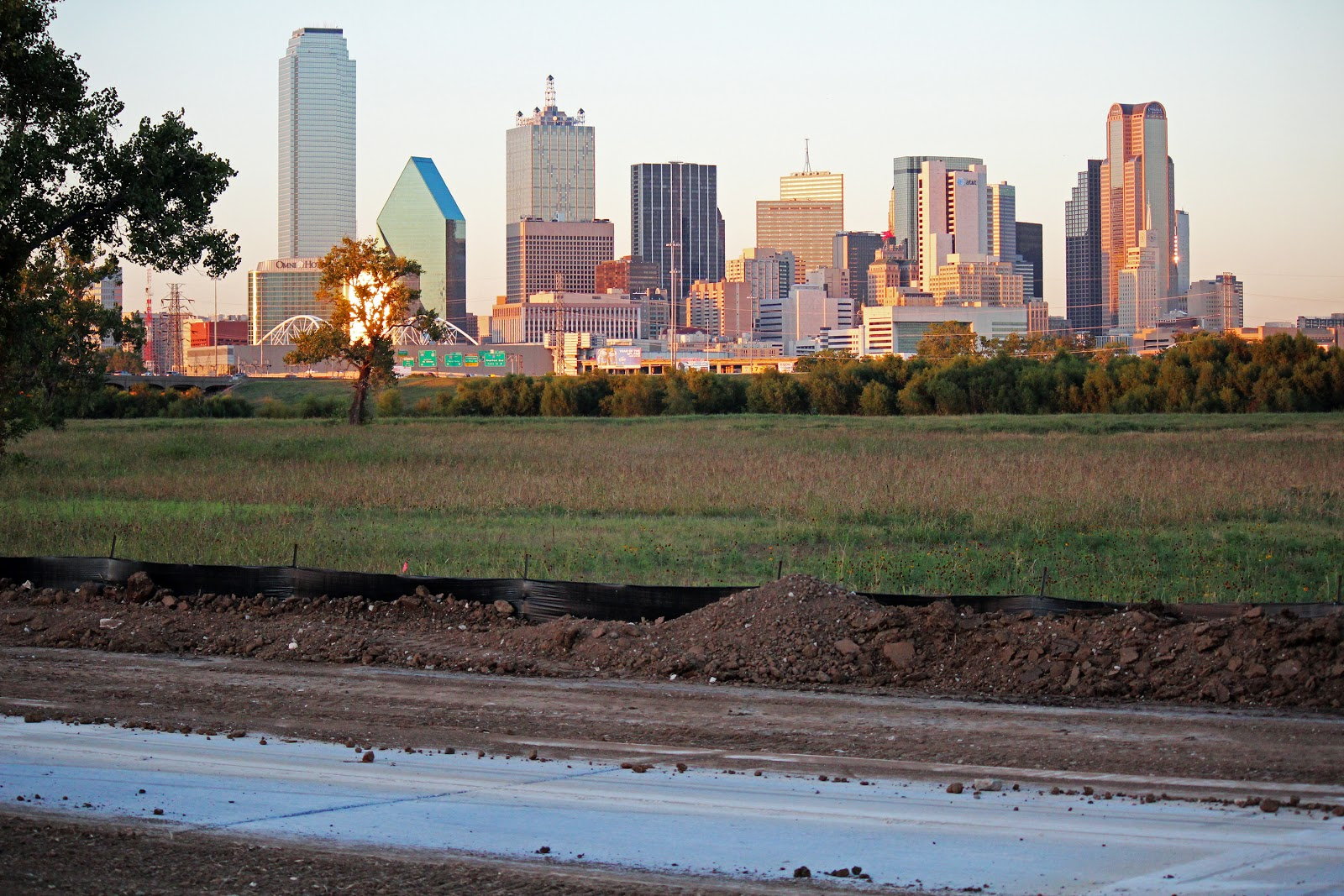 Dallas Trinity Trails Trinity River Trail Between The Levees