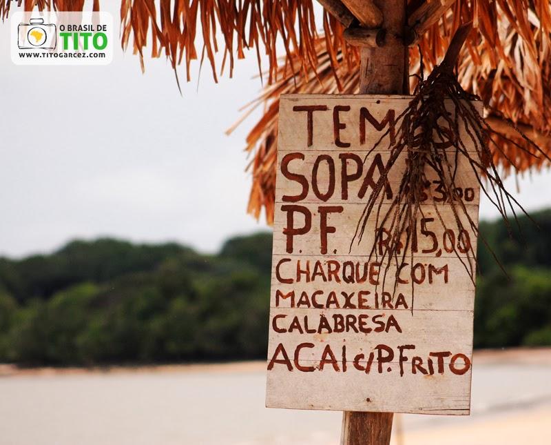 Cartaz de comida na praia do Vai-Quem-Quer, na ilha de Cotijuba, no Pará