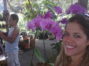 Essa mosquinha pensou que ia atrapalhar minha foto com as lindas orquídeas...se enganouu...