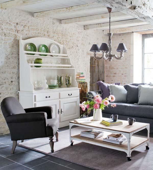 alacena blanca con platos en el salon cottage