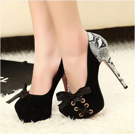 Siyah topuğu desenli ayakkabı
