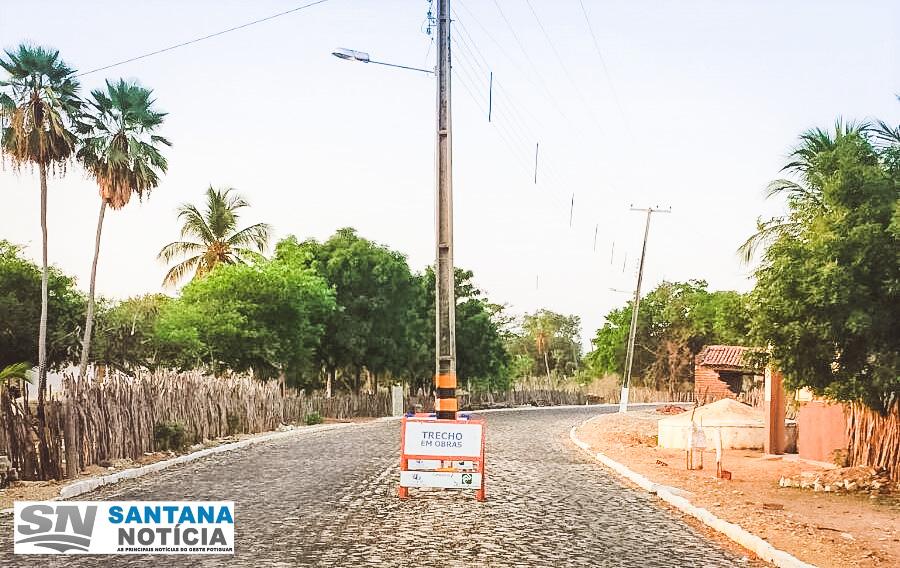 Postes no Corredor do Sítio Brejo ainda não foram retirados do Meio da Rua.
