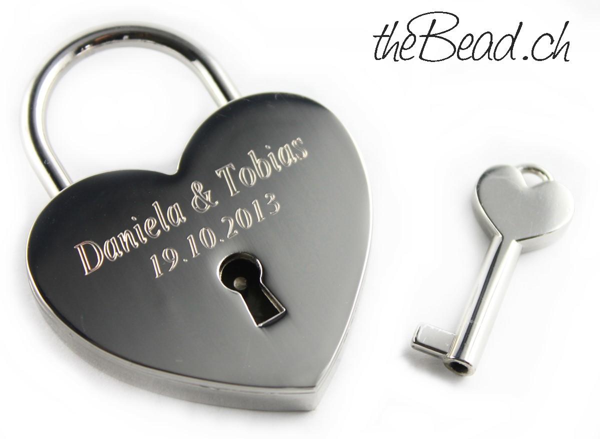 Liebesschloss Herz in Silber graviert eine schöne Geschenkidee bei www.thebead.ch