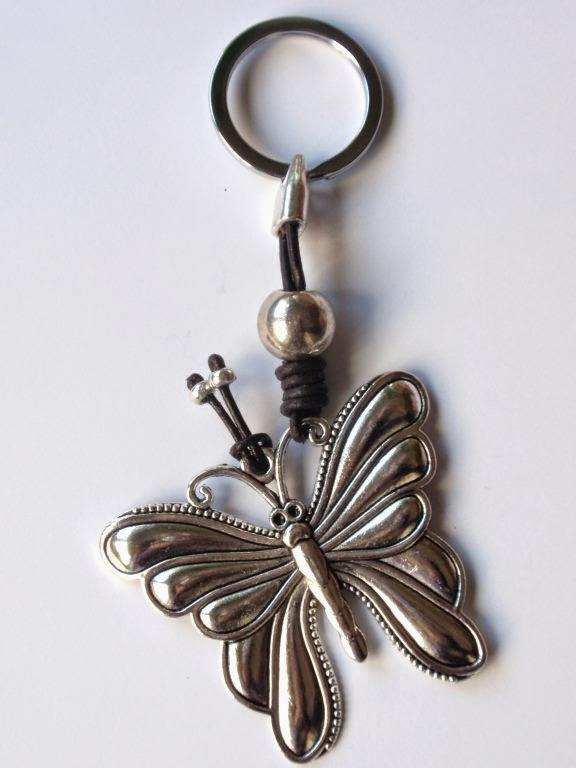 Llavero en cuero marrón con abalorio de mariposa