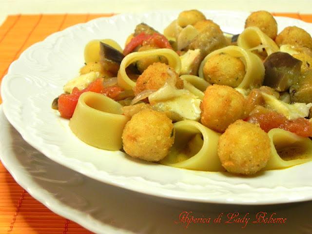 hiperica_lady_boheme_blog_di_cucina_ricette_gustose_facili_veloci_pasta_con_melanzane_scamorza_polpettine_di_pane_2