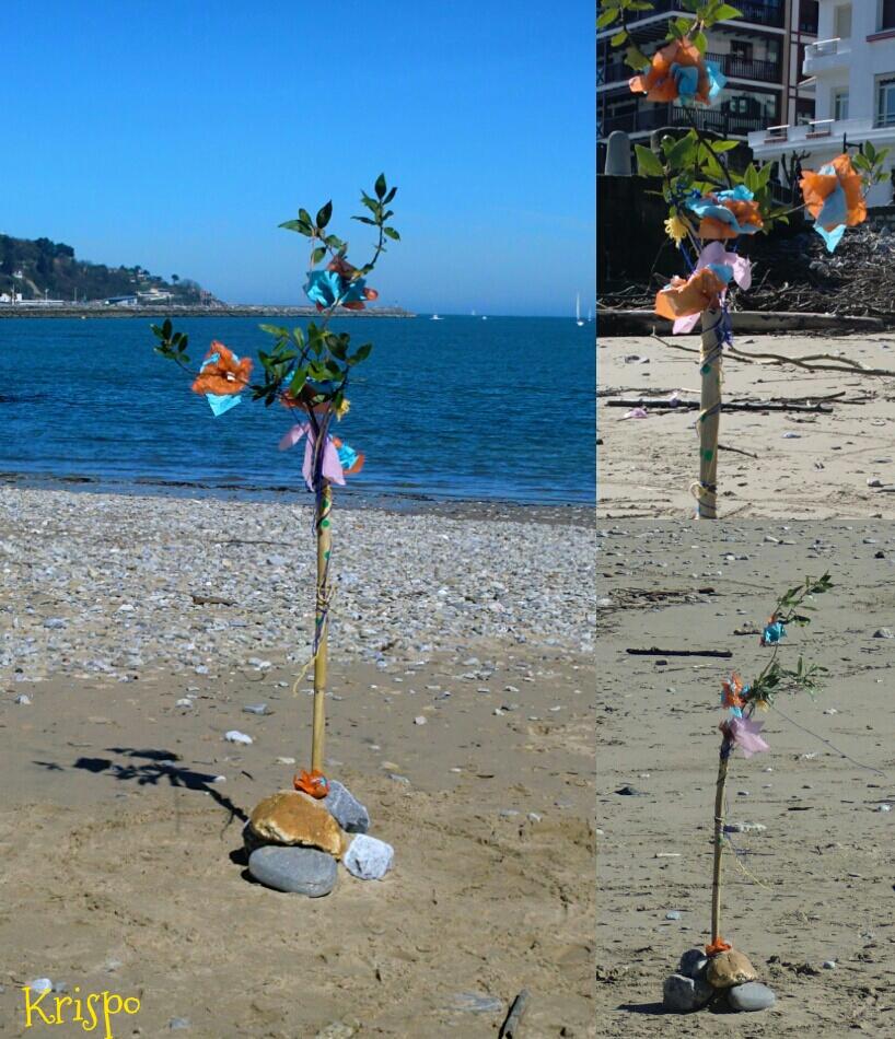 arbol de bambú, flores de papel y lazos en la playa en Hondarribia