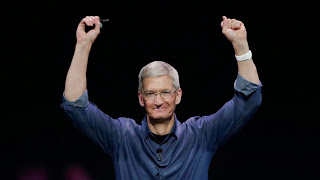 Ο επικεφαλής της Apple Tim Cook σε μια παρουσίαση προϊόντων.