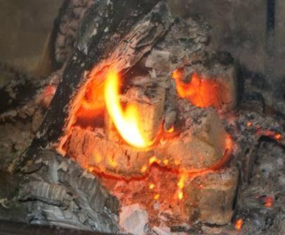 Węglowy brykiet w kominku