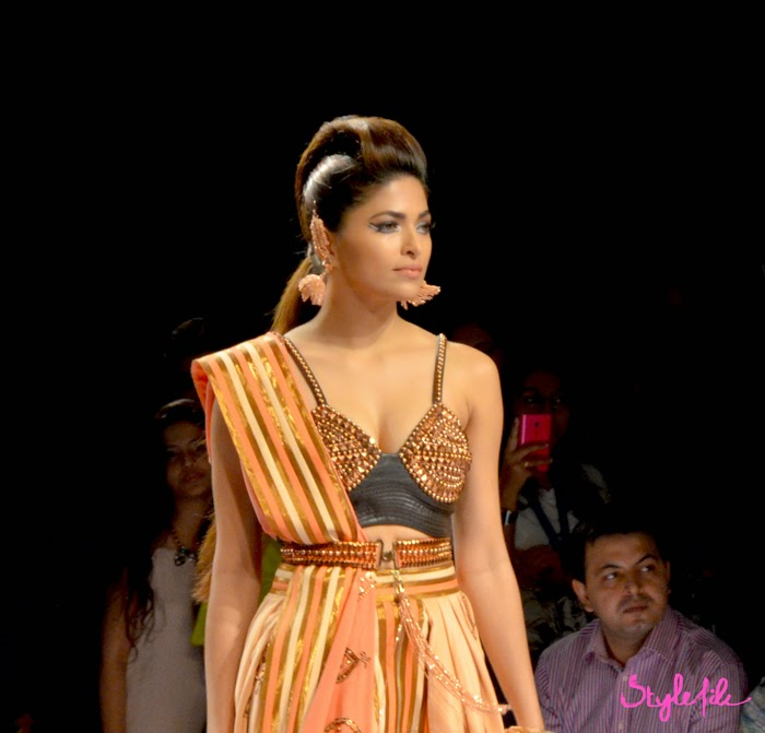 Lakme Fashion Week, LFW, Fashion Week, designer, model, studs, bra, dupatta, indian, ethnic, fusion, graphic eyes