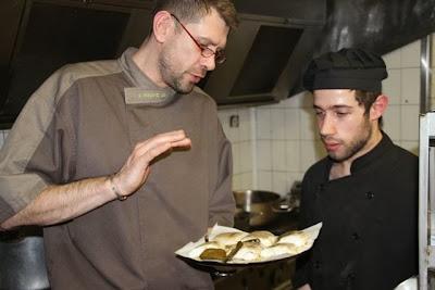 Enjalran y el cocinero Sergi del Restaurante L´Esprit du Vin. Blog Esteban Capdevila