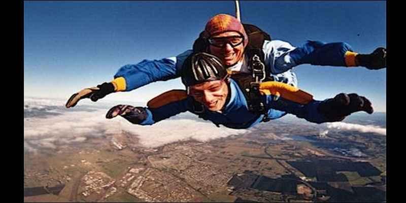 Kegiatan Paling Menyenangkan Saat Berlibur Ala Bule - Tandem skydiving di Inggris