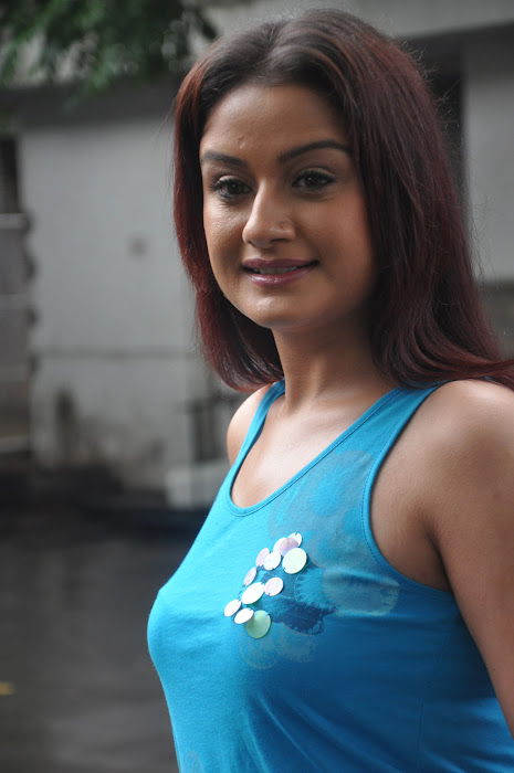 sonia agarwal new spicy actress pics